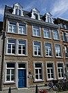 foto van Huis met lijstgevel en gevelsteen met paard in Lodewijk XV-omlijsting 17 IN HET WITTE PAARDT 79.