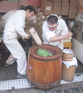 Usu (mortar) - Making mochi in an usu. The timing is important to avoid injury.