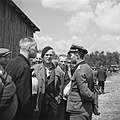 Man in uniform in gesprek met mannen in burgerkleding, Bestanddeelnr 900-3394.jpg