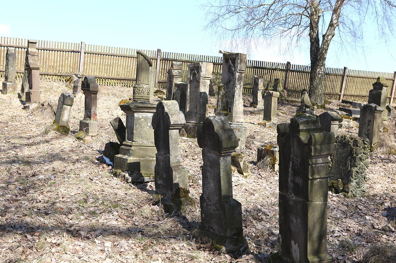Marisfeld-Jüdischer-Friedhof-01.jpg