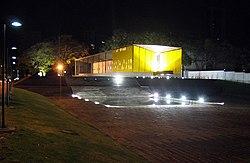 Mausoléu do Presidente Castelo Branco iluminado a noite.