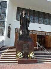 Pomnik Jana Paw�a II przy ko�ciele Matki Bo�ej Kr�lowej Polski