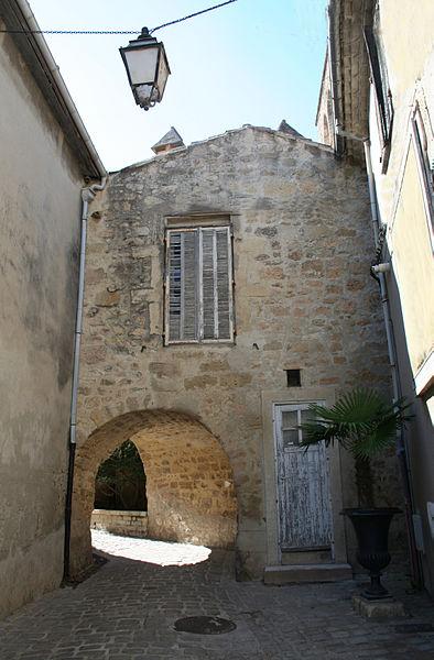 Mèze (Hérault) - Passage près de l'église.