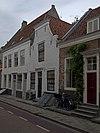 foto van Huis met geverfde topgevel, door middel van een lijst ingekort