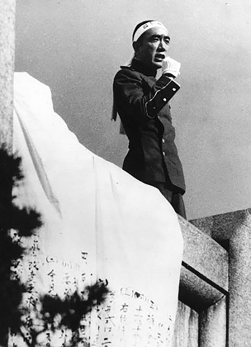 https://upload.wikimedia.org/wikipedia/commons/thumb/d/df/Mishima_Yukio_1970.jpg/800px-Mishima_Yukio_1970.jpg