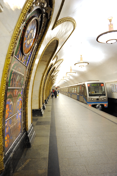 File:Moscow Metro train at Novoslobodskaya station.png