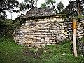 Muro d'una casa de Kuelap amb la decoració típica en forma romboidal de la cultura Chachapoyas.jpg