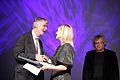 Naja Marie Aidt - vinnare av Nordiska radets litteraturpris ar 2008 och Nordiska radets president Erkki Tuomioja . Vid prisutdelningen i Helsingfors 2008-10-72.jpg