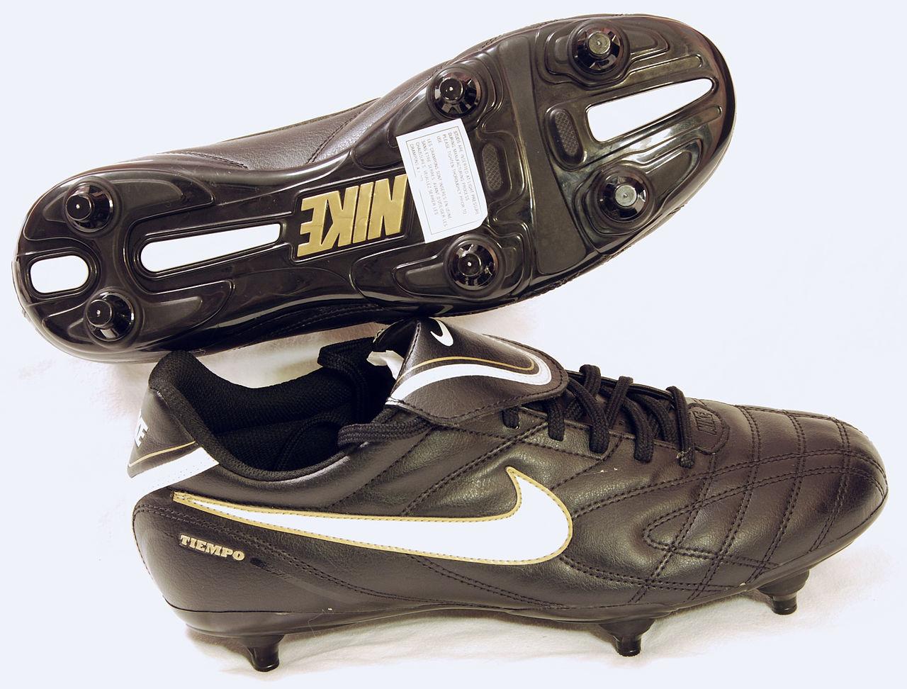 Datei Nike Fussballschuhe Mit Stollen Jpg Wikipedia