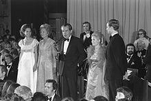 Nixon en costume de soirée parle dans un micro