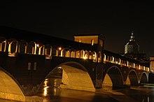Il ponte coperto visto dalla sponda sud del fiume Ticino di notte