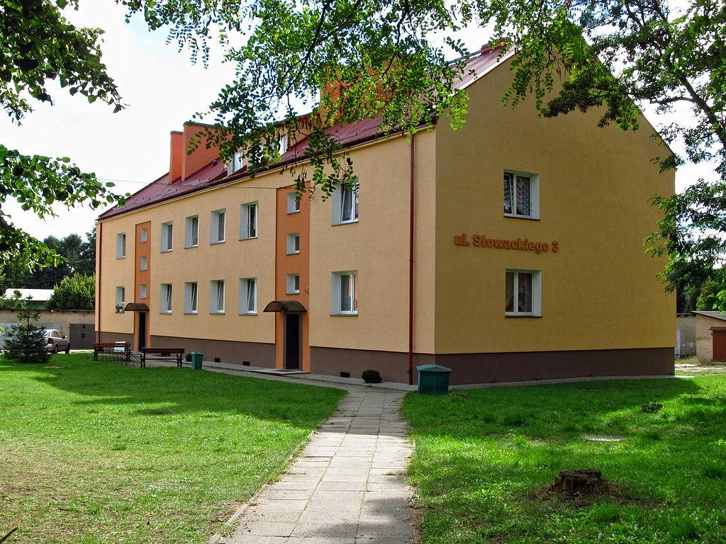 1024px-Osiedle_mieszkaniowe_przy_ulicy_S%C5%82owackiego_04.JPG