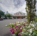 Overzicht voorgevel hoofdgebouw met bloembak op de voorgrond - Arnhem - 20357716 - RCE.jpg