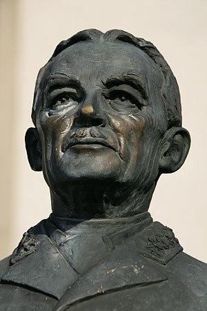 Henri Guisan - Henri Guisan (monument at Avenches)