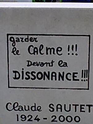 Claude Sautet - Gravestone of Claude Sautet at Montparnasse Cemetery: Garder le calme devant la dissonance (Keep calm in front of the dissonance)