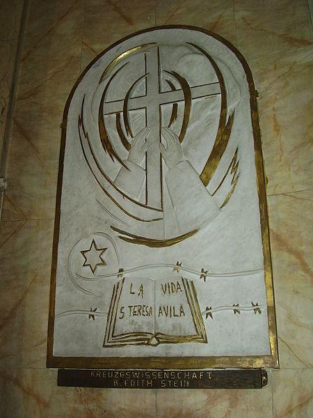 טבלת הנצחה לאדית שטיין בכנסיית סטלה מאריס