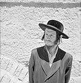 Portret van een man op straat, Bestanddeelnr 255-2448.jpg