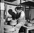Pottenbakker aan het werk op de schopstoel, Bestanddeelnr 252-8892.jpg