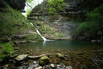 Pozo de la arbencia y cascada 01.jpg