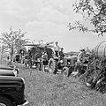 Praalwagens stellen zich op voor de optocht, Bestanddeelnr 254-3860.jpg