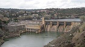 Der Standort befindet sich rechts neben dem Wasserkraftwerk