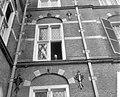 Professor De Quay tijdens een luchtje scheppen uit het raam, Bestanddeelnr 910-3114.jpg