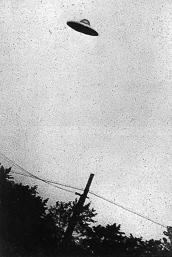 English: Grainy B&W image of supposed UFO, Pas...