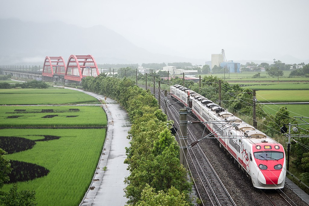 https://upload.wikimedia.org/wikipedia/commons/thumb/d/df/Rain_In_Yuli_Railway_Bridge_%28233720813%29.jpeg/1024px-Rain_In_Yuli_Railway_Bridge_%28233720813%29.jpeg