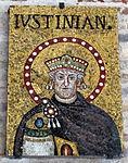 Ravenna, sant'apollinare nuovo, int., storie cristologiche, ritrato di giustiniano (frammento).JPG