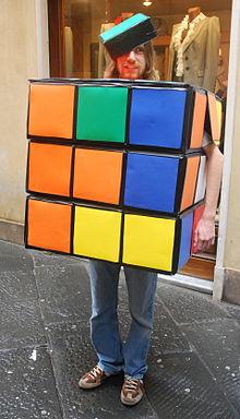 Una persona vestita da cubo di Rubik a Lucca Comics & Games 2008.