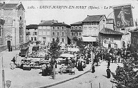 The marketplace in Saint-Martin-en-Haut, in the early 20th century