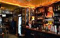 Schankwirtschaft Barfuß, Blick in die von Hans-Jürgen Breuste gestaltete Gaststätte in Hannover, Holzmarkt 2, hier mit den Kellnerinnen Ilkay Yildirim und Nurcan Bölük.jpg
