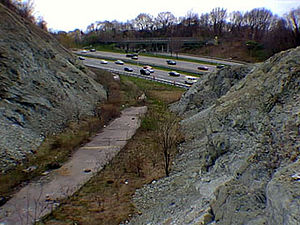 English: Serpentinite rock along I-278 in Stat...