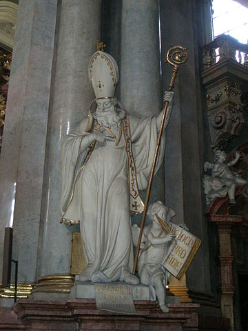 Статуя св. Василия Кесарийского в одном из храмов Праги.