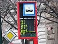 Staroměstská - výluka Malostranské náměstí - digitální ukazatel odjezdů směr Národní divadlo.jpg