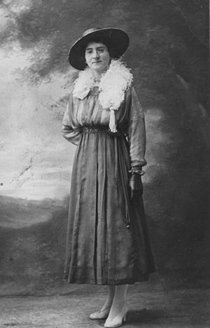 English: Woman posing for a studio portrait, 1...