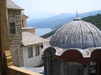 Η Μονή Σταυρονικήτα βρίσκεται στη βόρεια πλευρά της χερσονήσου. Διακρίνονται το καθολικό της Μονής, η κορυφή του όρου Άθως και ο αρσανάς της Μονής Ιβήρων