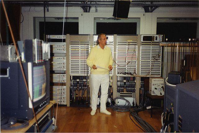 Karlheinz Stockhausen en el Estudio de Música Electrónica de WDR