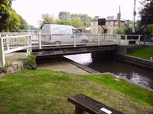 Tyle Mill Lock - Image: Sulhamstead Tyle Mill swing bridge