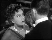 Gloria Swanson rolata kiel Norma Desmond, eks-filmstelulino volanta reatingi ŝian pasitan glorecon.
