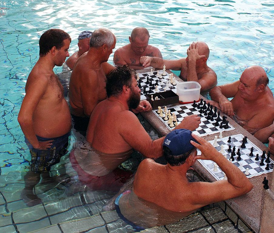 Joueurs d'échecs dans les thermes de Széchenyi à Budapest - Photo d'Aida.