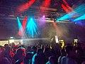 Tanzende Menge beim Vollmondtanz im Sudhaus in Tübingen.jpg