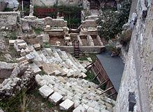 I resti del teatro romano (parte della cavea con sedili e parte della scena)