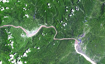 Three Gorges Dam (left), Gezhouba Dam (right).
