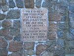 Timmendorfer-Strand-Waldfriedhof-Gedenktafel-Cap-Arcona-Opfer.JPG