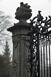 toegangshek, gezien vanaf huis, rechter zandstenen pijler, bovenste gedeelte met bekroning - nieuwersluis - 20340385 - rce