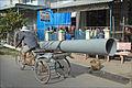 Transport de tuyaux dans le delta du Mékong (Vietnam) (6635537039).jpg