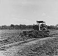 Tropenmuseum Royal Tropical Institute Objectnumber 20007187 Het egaliseren van een suikerrietveld.jpg