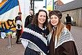 Twee meiden van een damesgroep 1 april feest Brielle.JPG