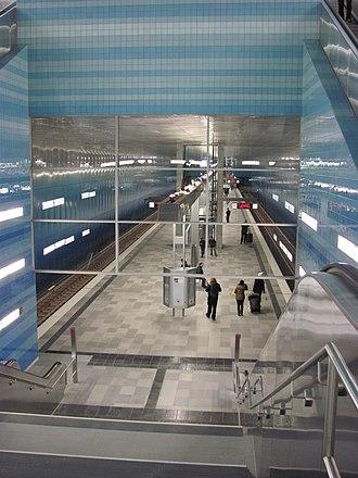 Hamburg U-Bahn - Image: U Bahnhof Überseequartier Bahnsteig von Zwischenebene gesehen